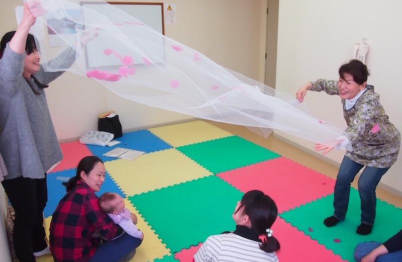 桜の花びらに赤ちゃんたちが釘付けに。親子で楽しめる遊びをたくさん伝えている