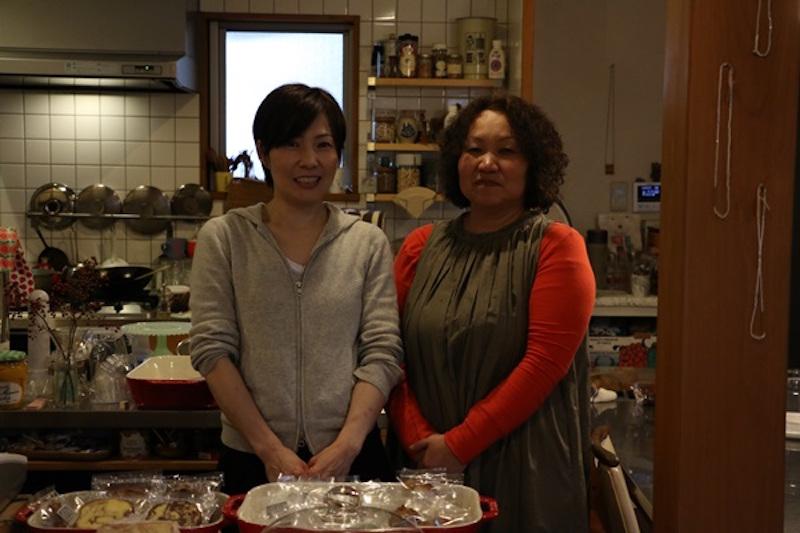 店主の高橋典代さん(右)と「favorite way」という屋号でケーキの注文なども受けている高木愛さん(左)。高橋さんは、小学生2人のお子さんがいる朗らかでお茶目なお母さん!