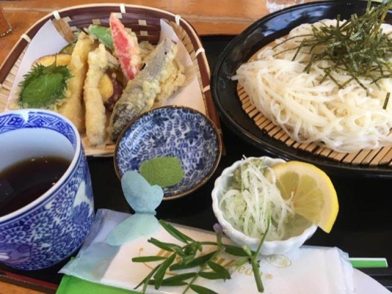 冷たい稲庭うどん野菜の天ぷらセット。揚げたての季節感あふれる天ぷらと相性抜群です。この日はみずみずしい筍や、りんごの天ぷらに舌鼓を打ちました