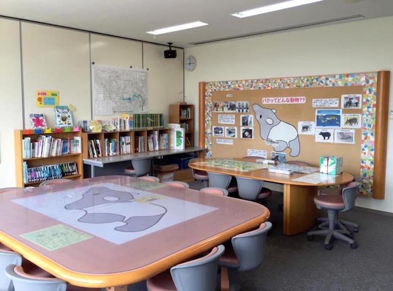 施設内には図書室があり、体験した学びを深めることができる。一部は貸し出しも可能。1階には広い会議室がある。